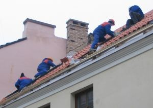 915719_construction_workers_on_a_roof-300x213